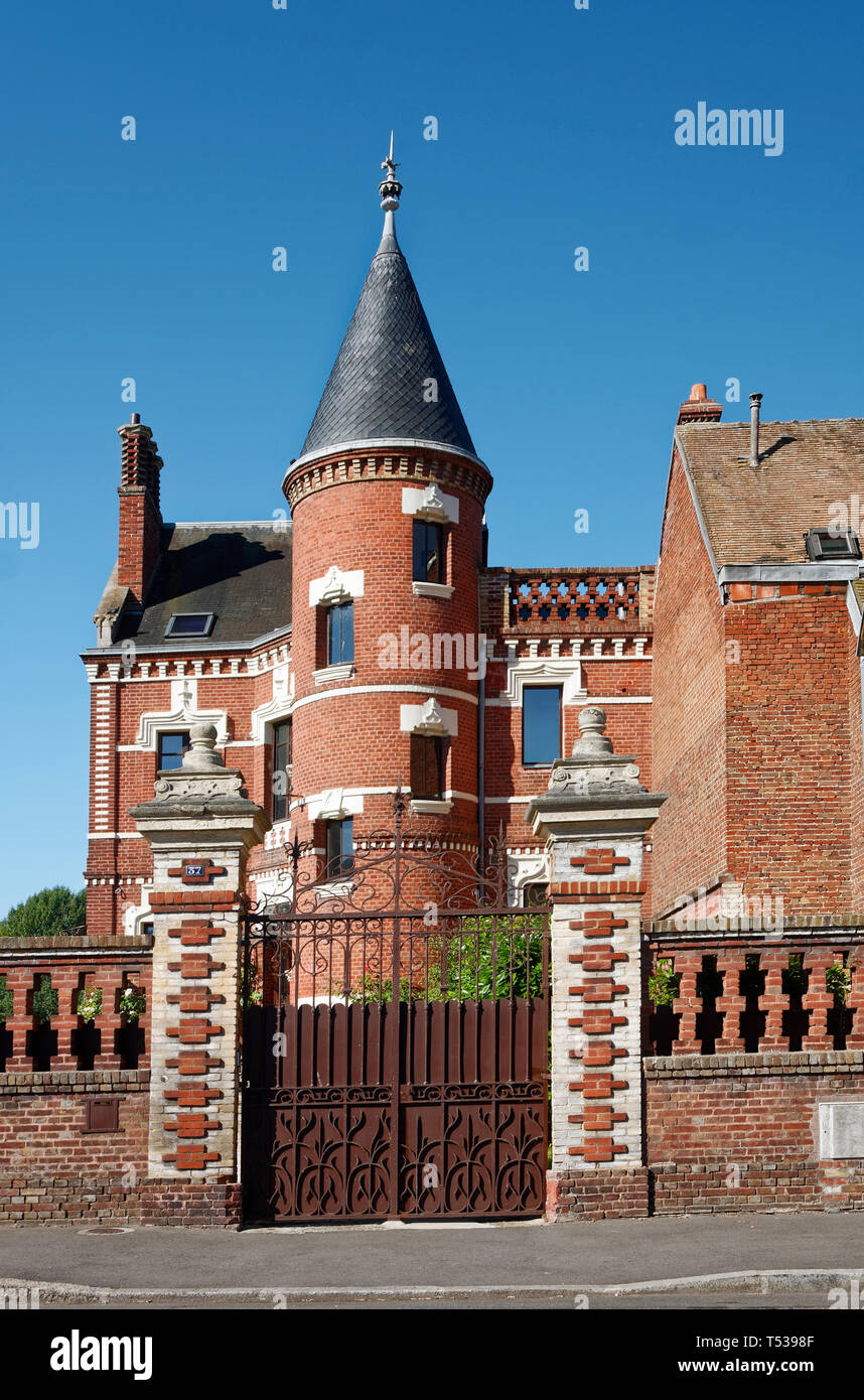 Vecchia casa di mattoni rossi, round tower, tetto conico, porta di legno, mattoni mezza parete, attraente, Les Andelys; Francia; Normandia; estate, verticale Foto Stock
