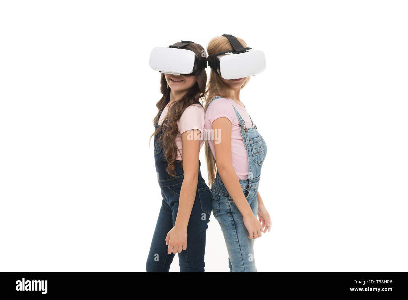 Sfruttare i vantaggi di questa nuova tecnologia. Adorabili poco bambini usando la tecnologia VR per apprendere e giocare. Carino bambini piccoli sperimentando tecnologie innovative. C è la tecnologia, copia dello spazio. Immagini Stock