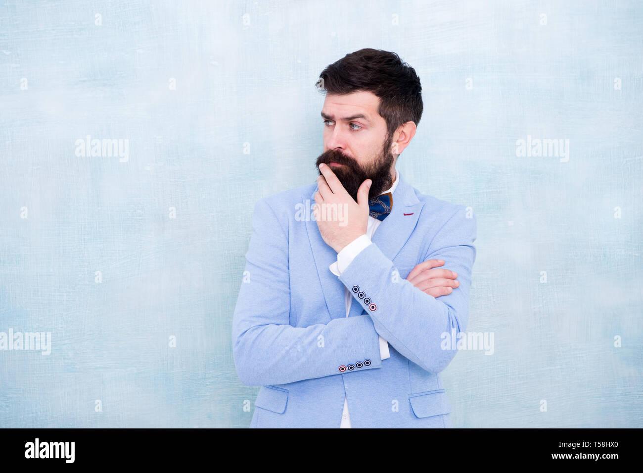 Suggerimenti per sposi. Come battere i nervi sul giorno di nozze. Uomo Barbuto hipster abito formale con il filtro bow tie. Moda nuziale. Stile formale abito perfetto. Sposo impeccabile. Suggerimenti per affrontare pre wedding l'ansia. Immagini Stock