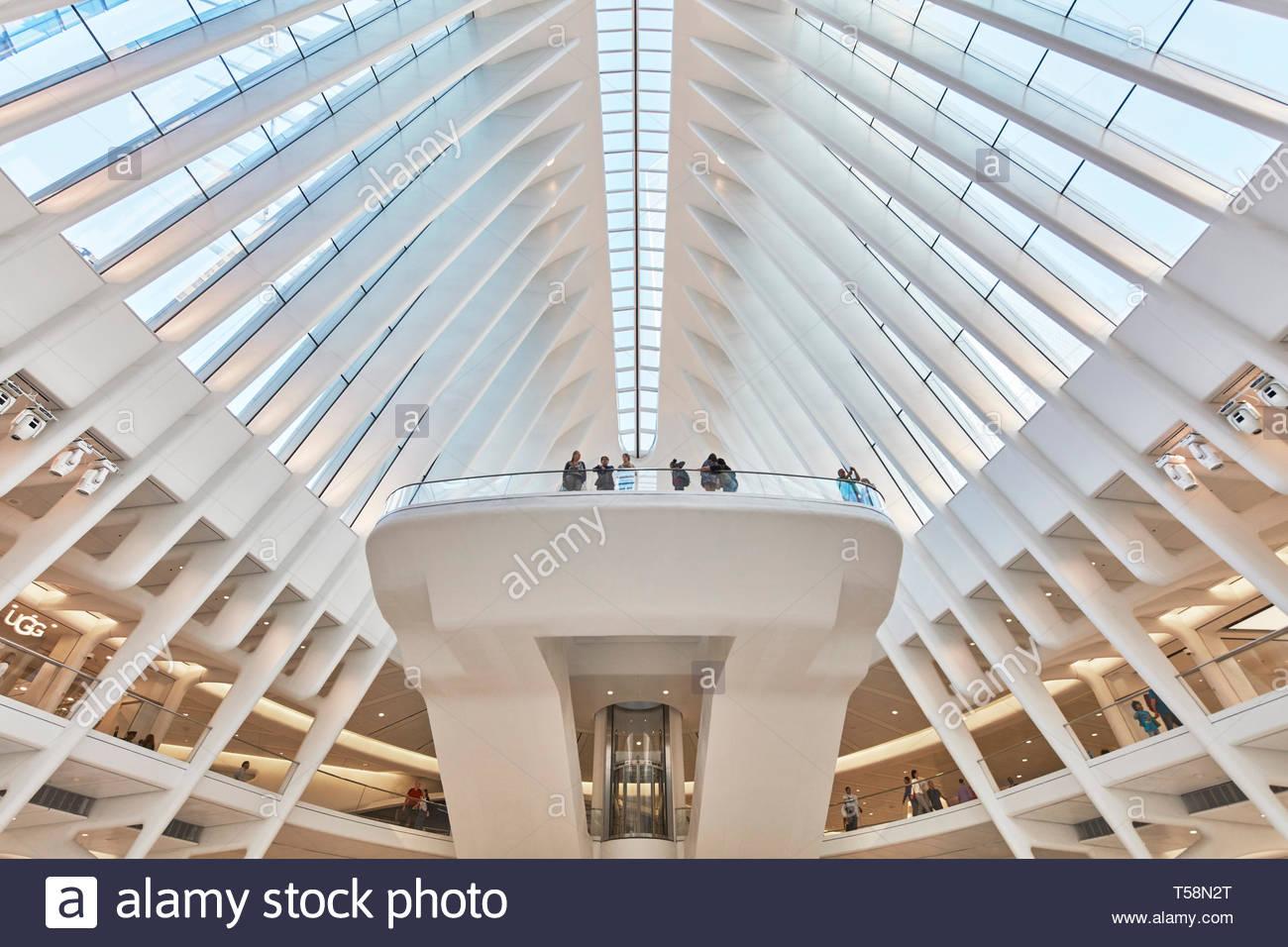 Vista di balcone. L'occhio, World Trade Center Hub di trasporto, la città di New York, Stati Uniti. L'Architetto Santiago Calatrava, 2016. Foto Stock