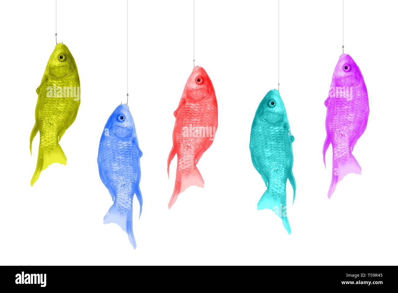 Pesci colorati appesi a ganci. Magliette di colori luminosi su uno sfondo bianco. La Pop art design, concetto creativo. Arte moderna Immagini Stock