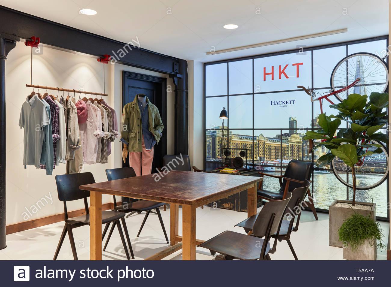 Tabella nella showroom. HKT Showroom, Londra, Regno Unito. Architetto: N/A, 2019. Foto Stock