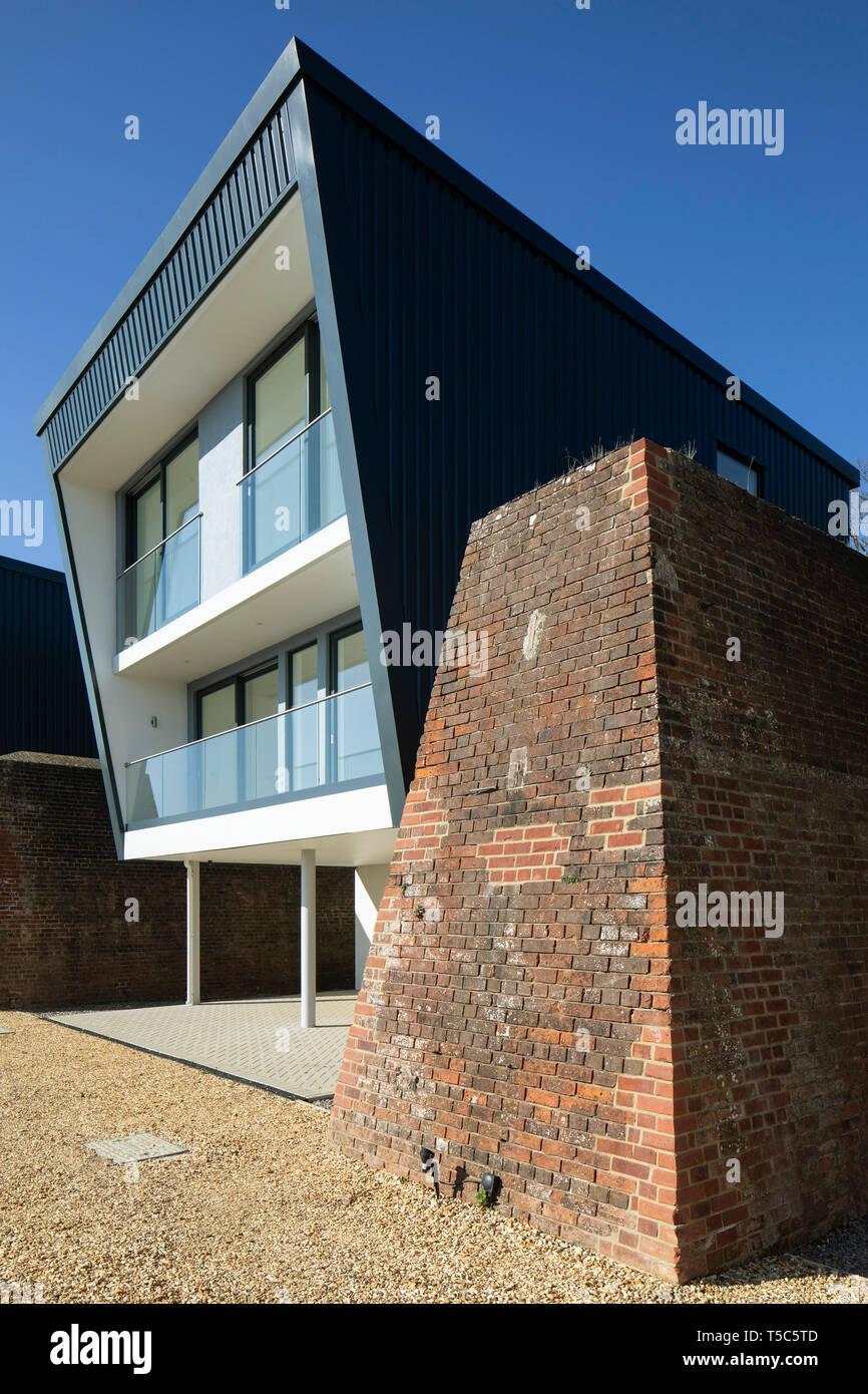 Vista in dettaglio della casa di mattoni e parete blast. Priddys Hard, Gosport, Regno Unito. Architetto: John Pardey architetti, 2019. Foto Stock