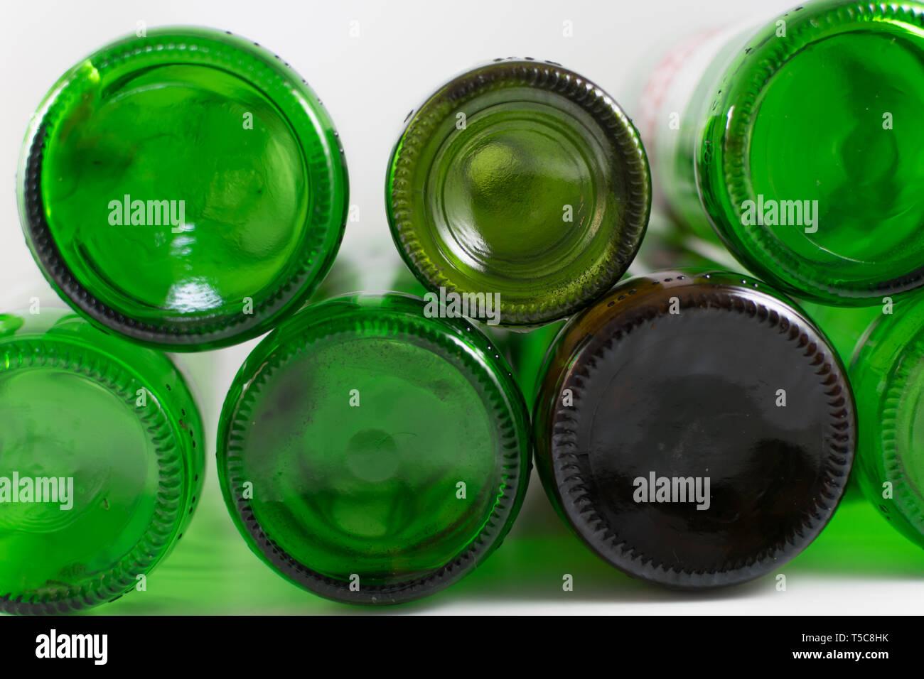 Pack vuoti di birra e vino verde e marrone con fondo in vetro bottiglie, su uno sfondo bianco. Il riutilizzo ecosostenibile, dell'ambiente, conservazione, sostenibile Immagini Stock