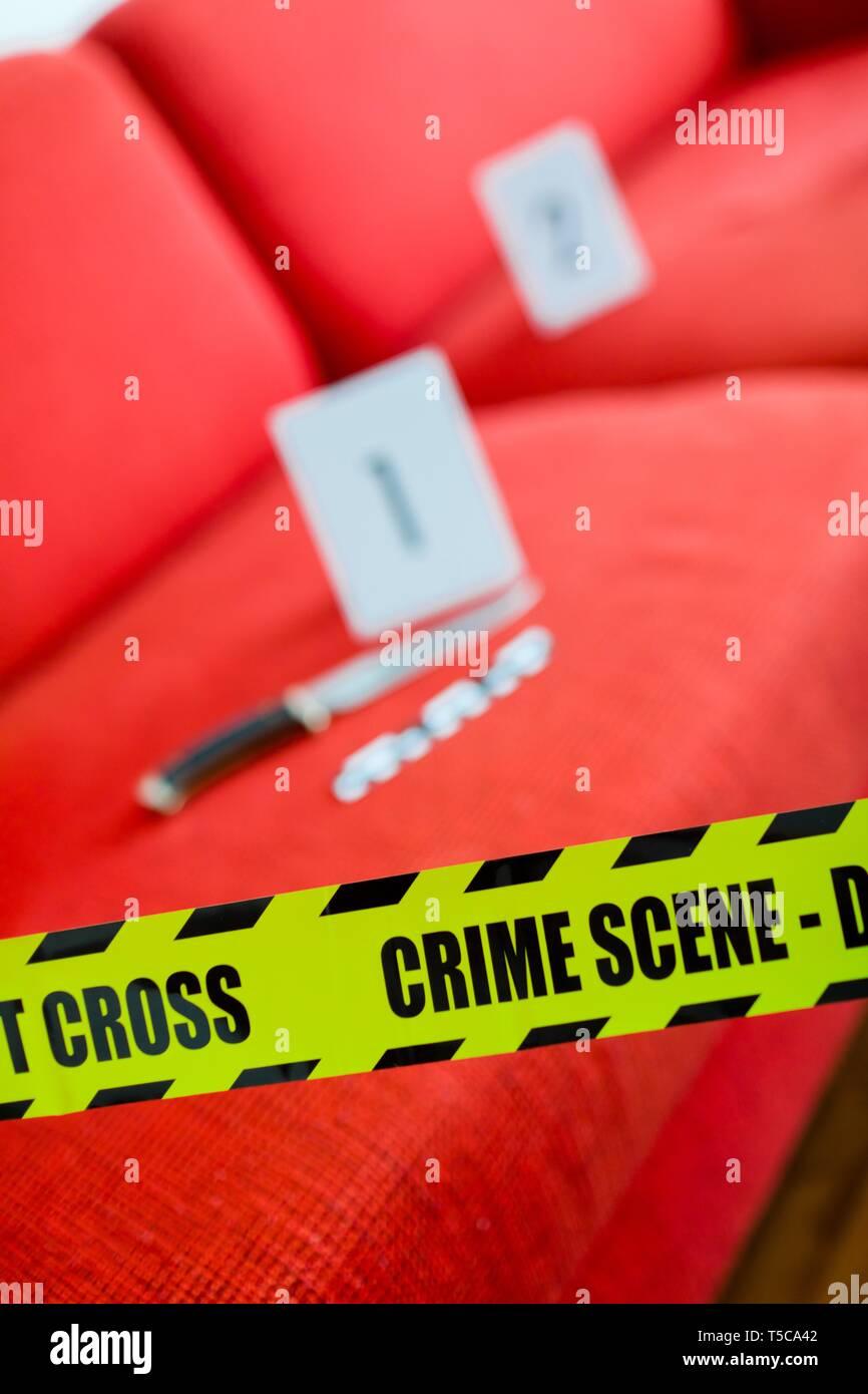 Scena del crimine con il coltello e il giallo gap non cross. Immagini Stock