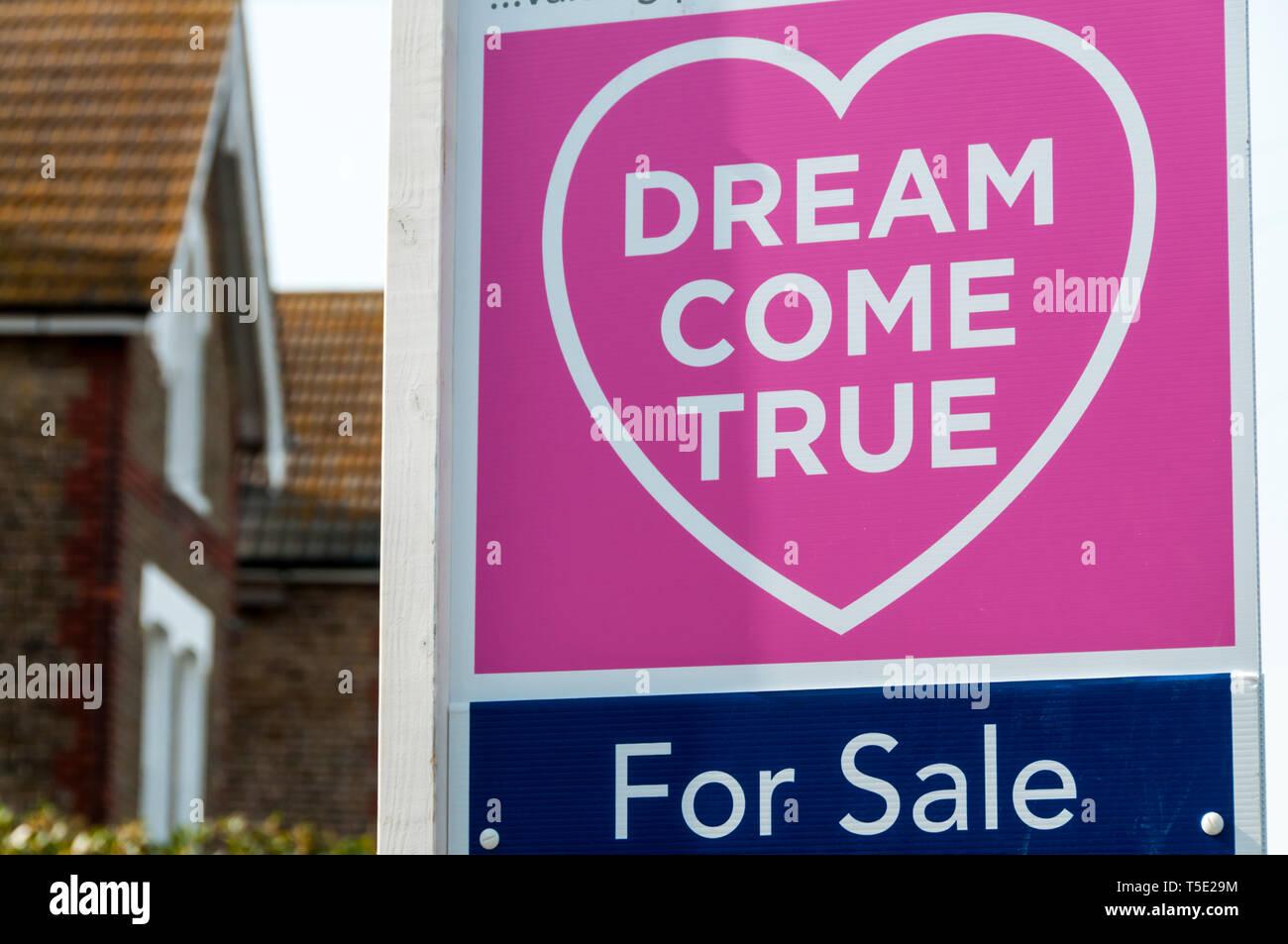 Un agenti immobiliari in vendita segno legge un sogno che si avvera, illustrante home concetto di proprietà. Immagini Stock