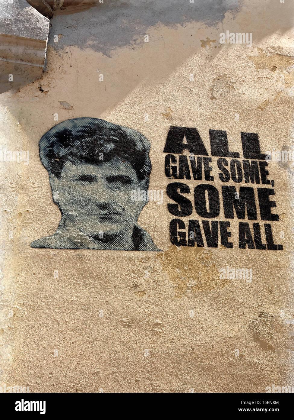 War Memorial segno; edificio in stucco; toccanti parole; tutti hanno dato alcuni, alcuni hanno dato tutti, Mostar; Bosnia Erzegovina; Europa; estate, verticale Immagini Stock