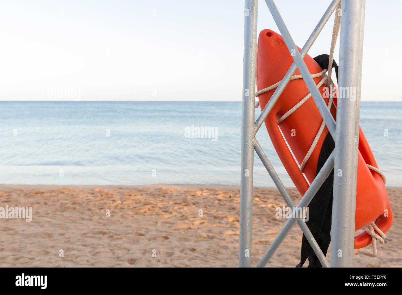 bbbf447304477c Lifeguard tower con boa arancione sulla spiaggia di boa di salvataggio sul  ferro rescue post.