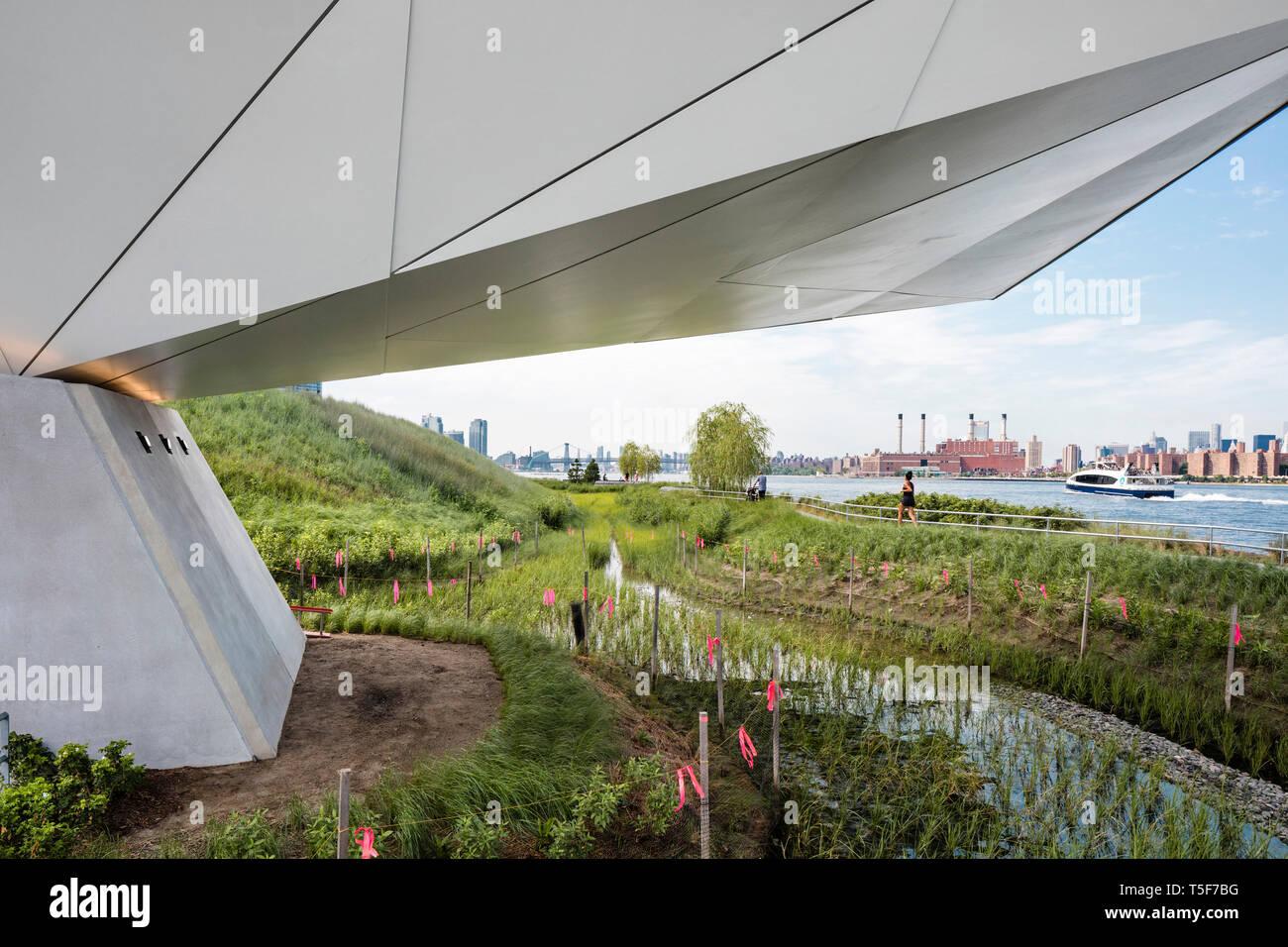 Pascoli e l'East River da sotto il si affacciano. Cacciatori South Park, New York, Stati Uniti. Architetto: SWA/Balsley in collaborazione con Immagini Stock