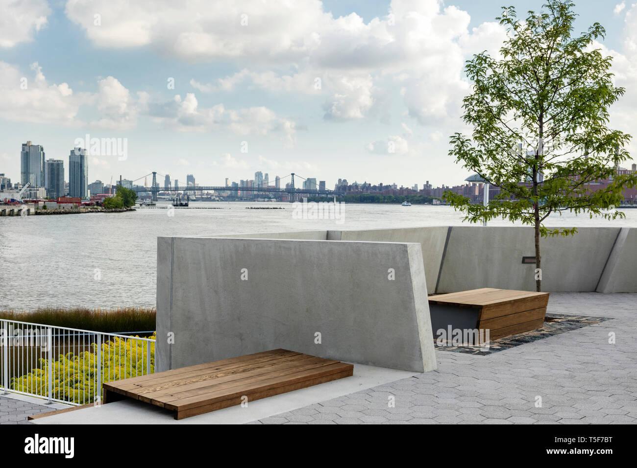 Aree con posti a sedere vicino al lancio in barca. Cacciatori South Park, New York, Stati Uniti. Architetto: SWA/Balsley in collaborazione con Weiss/Manfredi, 20 Foto Stock