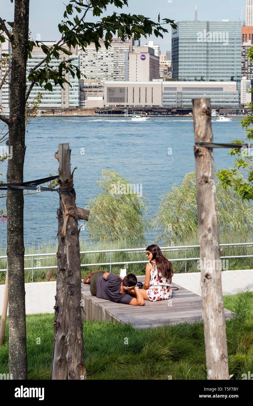 Le scarpate terrazzato che si affaccia sulla East River. Cacciatori South Park, New York, Stati Uniti. Architetto: SWA/Balsley in collaborazione con W Immagini Stock