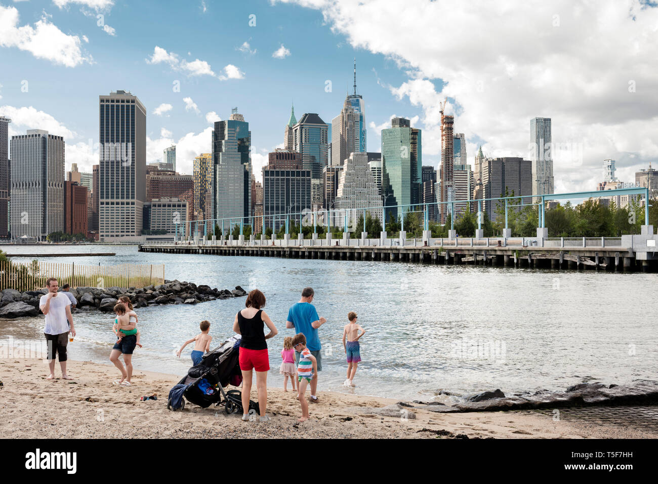 East River Beach in Ponte di Brooklyn Park, Pier 3 e la parte inferiore dello skyline di Manhattan in background. Ponte di Brooklyn Park Pier 3, Brooklyn, Regno Stat Foto Stock