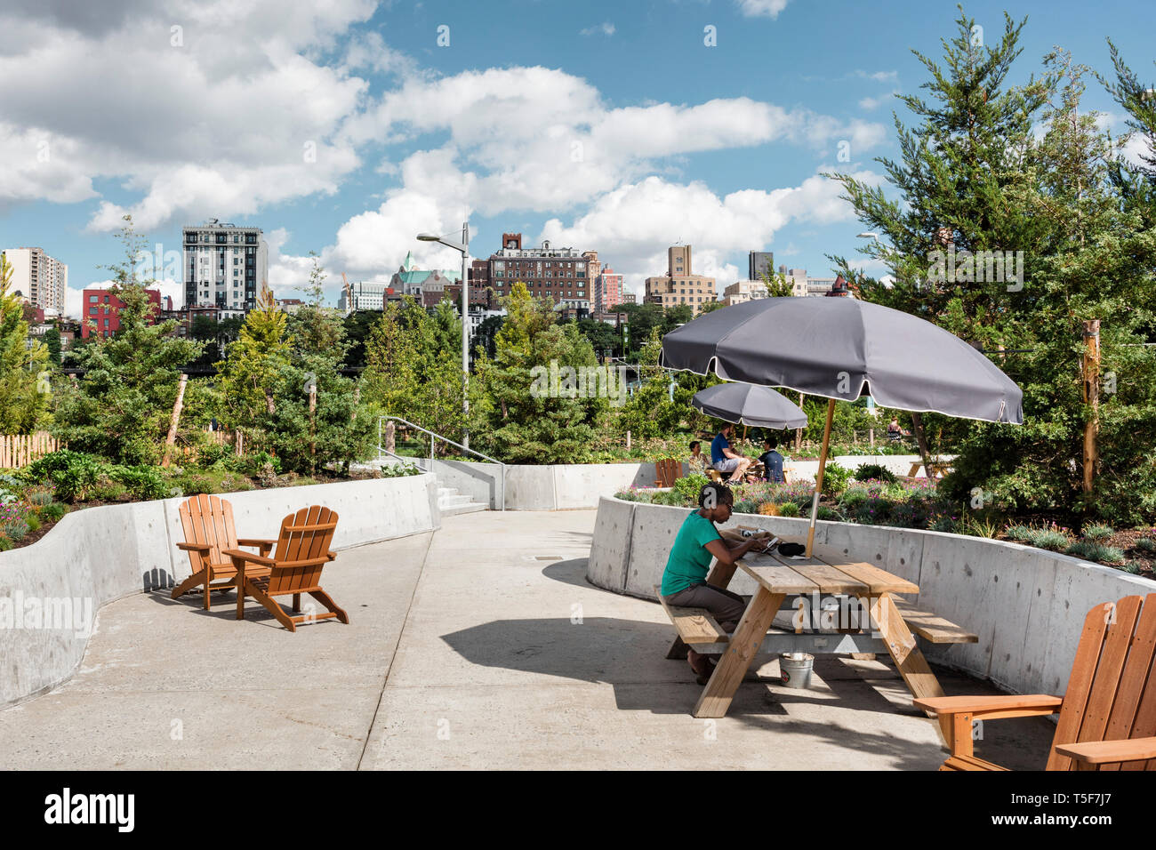 Picnic mobili Tavoli e sedie di Adirondack raggruppati per creare aree con posti a sedere. Ponte di Brooklyn Park Pier 3, Brooklyn, Stati Uniti. Architetto: Micha Foto Stock