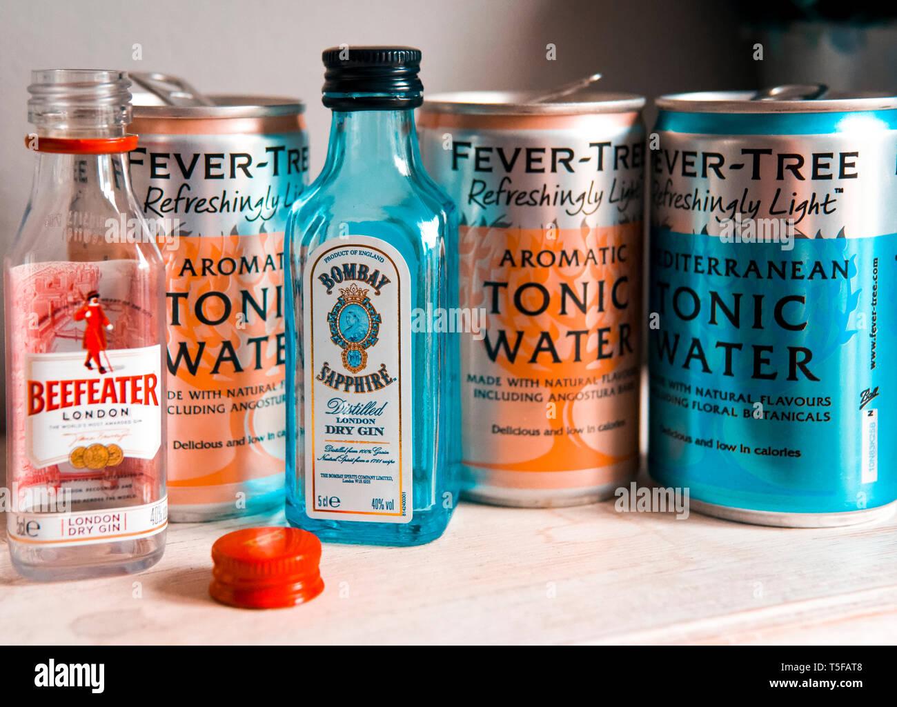 Bottiglia vuota di Beefeater gin Bombay Sapphire Gin con lattine vuote di Fever-Tree acqua tonica Immagini Stock