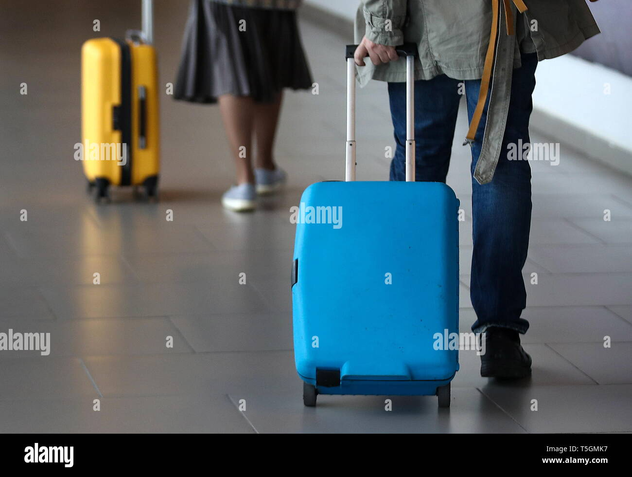 San Pietroburgo, Russia. Xix Apr, 2019. San Pietroburgo, Russia - 19 Aprile 2019: Passeggeri con valigie a Pulkovo Aeroporto Internazionale. Valery Sharifulin/TASS Credito: ITAR-TASS News Agency/Alamy Live News Foto Stock
