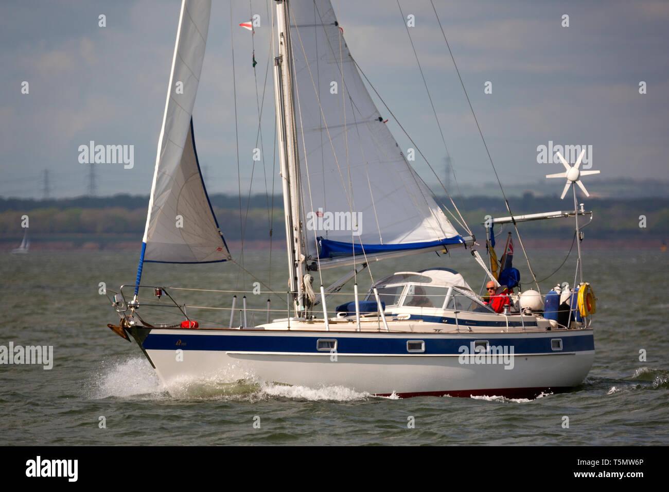 Hallberg-Rassy 352, yacht, crociera,cruiser,vela,yachting,pensionati,giovane,roller,presa di terzaroli,jib, Randa, vela, lunga distanza,viaggio,holiday,l'Solent, Immagini Stock