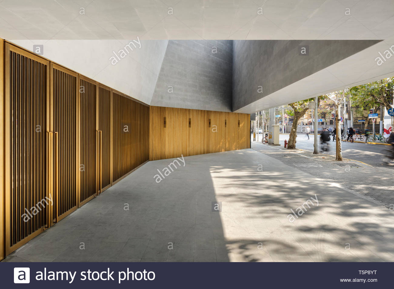 Ingresso al teatro. Nuovo Teatro di Shanghai, Shanghai, Cina. Architetto: Neri&Hu, 2017. Foto Stock
