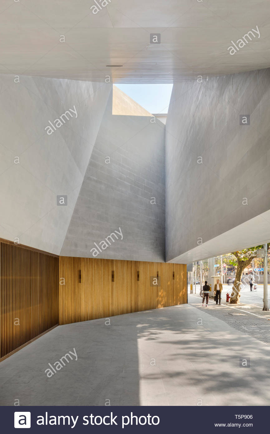 Atrio esterno. Nuovo Teatro di Shanghai, Shanghai, Cina. Architetto: Neri&Hu, 2017. Foto Stock
