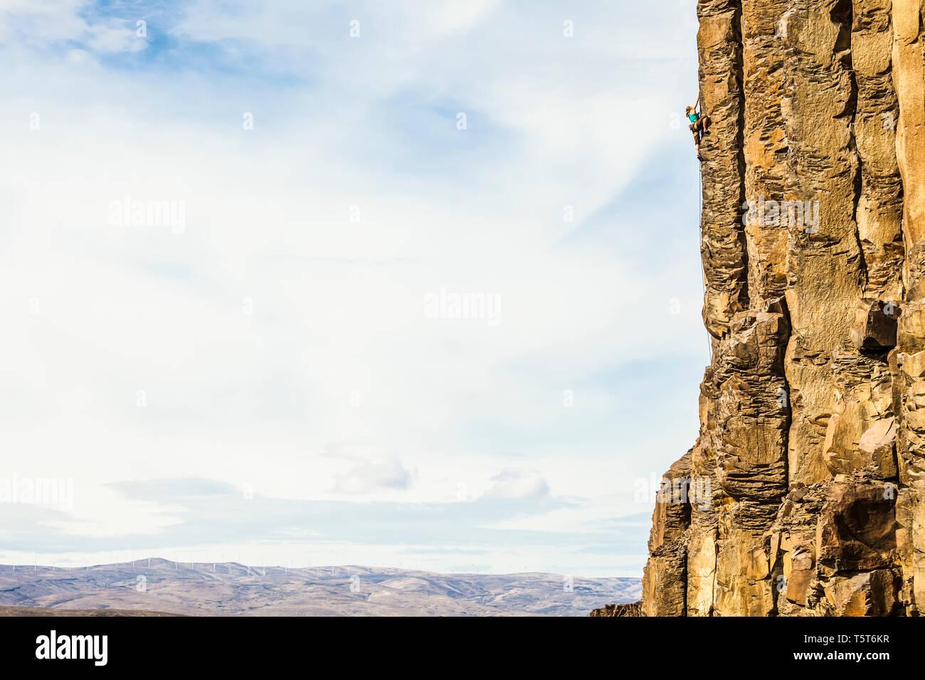 Una donna scalata di un basalto roccia nel centro di stato di Washington, USA. Immagini Stock