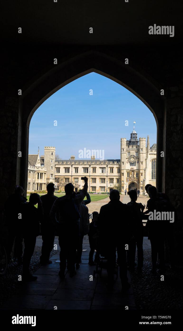Veiw del Trinity College grande corte attraverso il Queens Gate da Trinity Lane Cambridge 2019 con i turisti in sihouette Immagini Stock