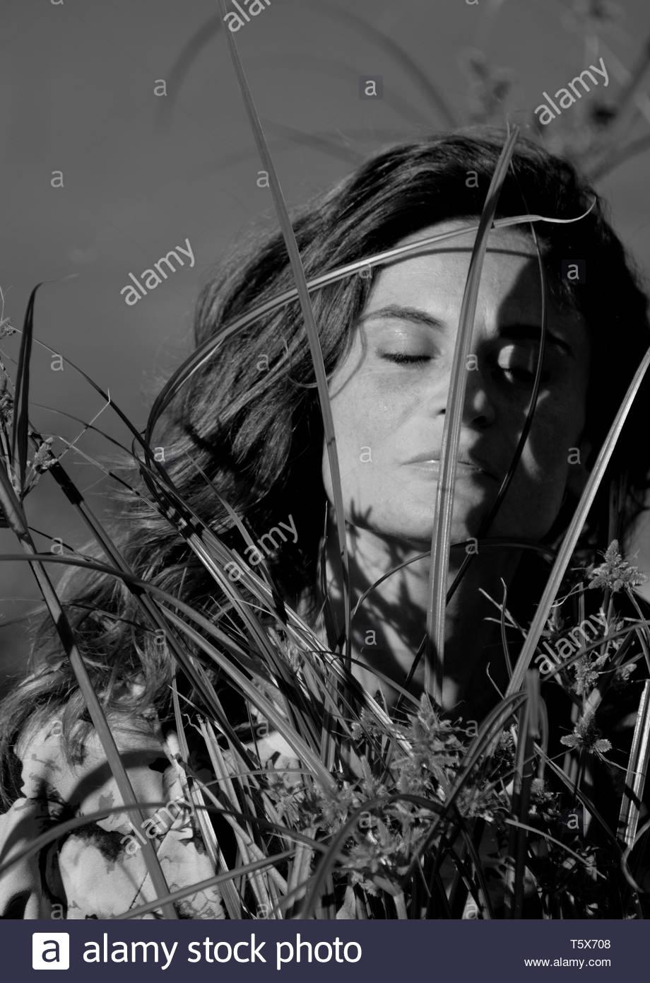Foto in bianco e nero di un artista durante la sua performance Immagini Stock