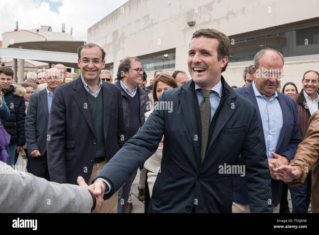 Arrivo e saluti da Pablo Casado leader del conservatore partito popolare in Caceres, Spagna Immagini Stock