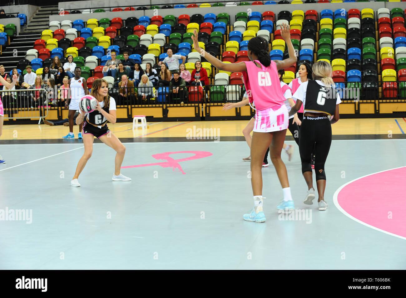 Lizzie Cundy visto in azione durante le riprese di rosa, Celebrity carità netball corrispondono alla casella di rame Olympic Park Stratford London. Immagini Stock