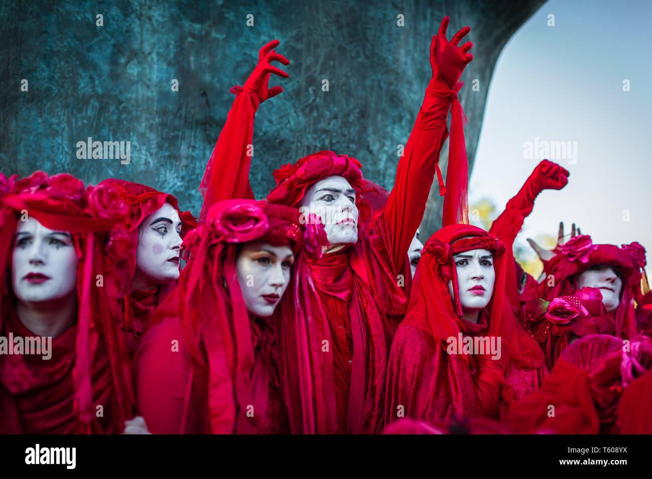 La Ribellione di estinzione attivista ambientale gruppo, la brigata rosso visto che protestavano a Marble Arch, il 25 aprile 2019 a Londra Immagini Stock