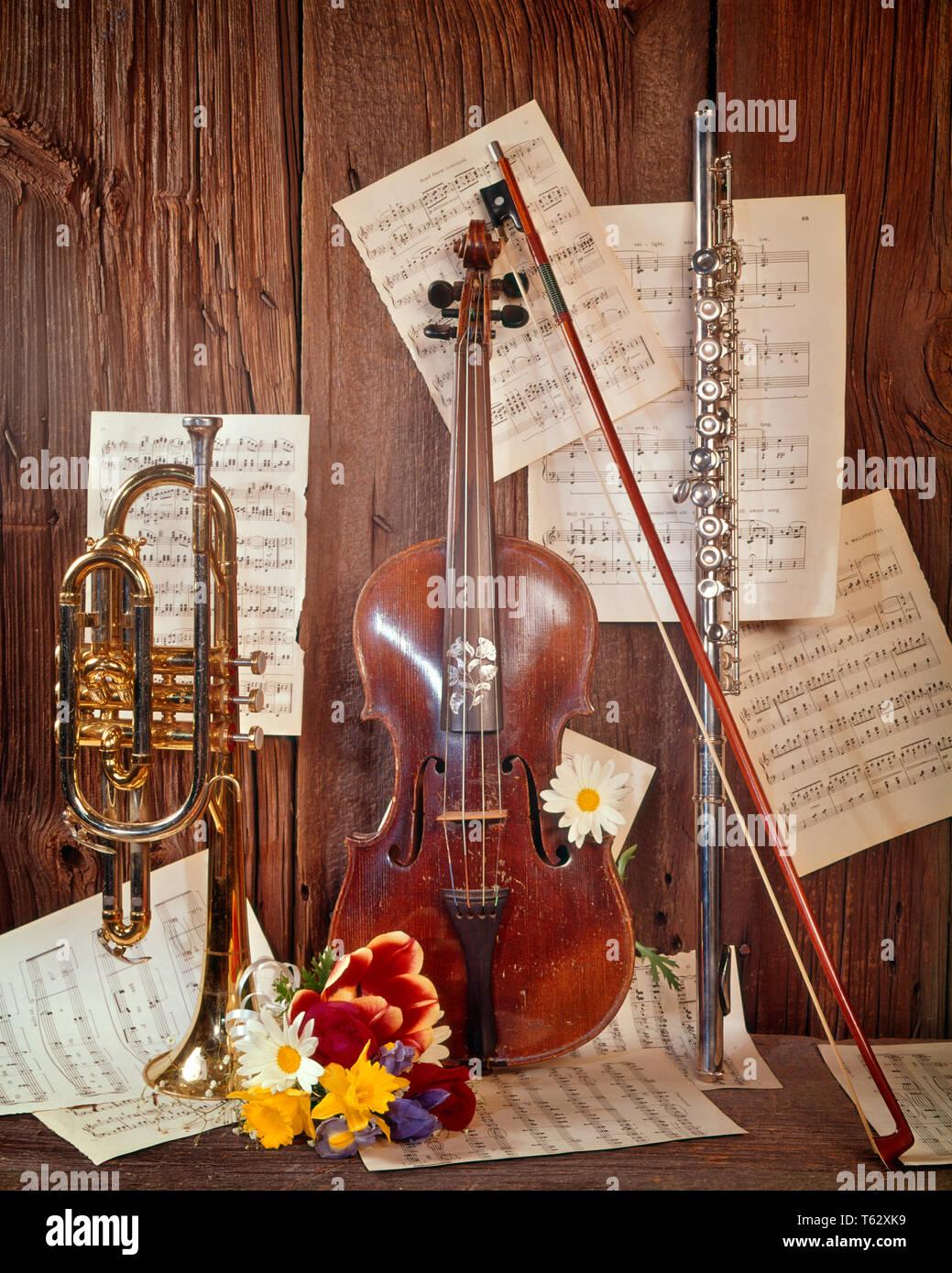 Anni sessanta strumenti musicali ancora vita violino flauto tromba spartiti fiori - km1924 HAR001 HARS in vecchio stile Immagini Stock
