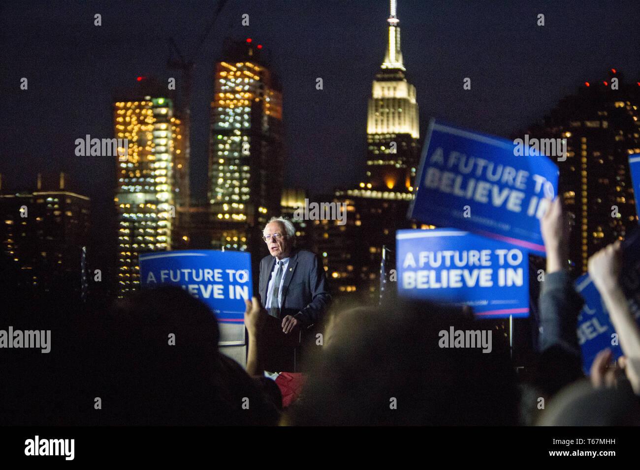 Alla vigilia dello Stato di New York elezioni primarie presidenziali speranzoso il senatore Bernie Sanders (D-Vt) trattiene un ultimo rally nel punto di cacciatori South Park nel Queens. Immagini Stock