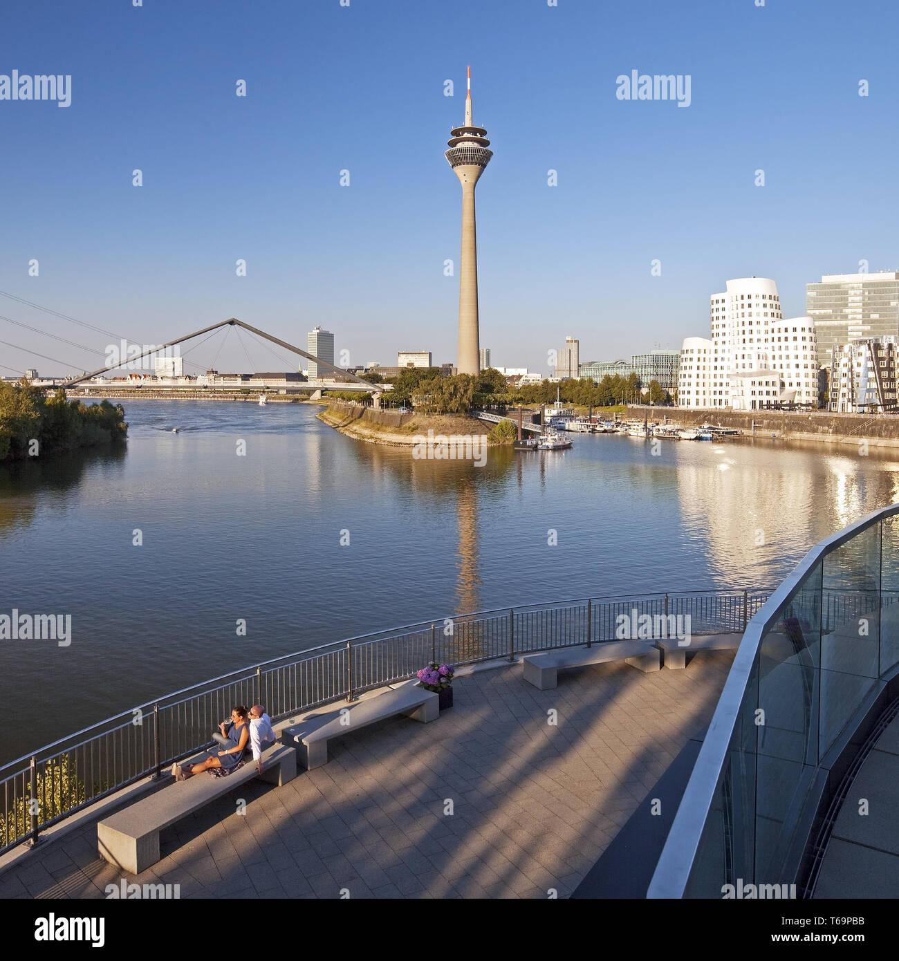 Ristorante Terrazza con vista sulla Torre sul Reno e l'Gehry edifici, Duesseldorf, Germania Immagini Stock