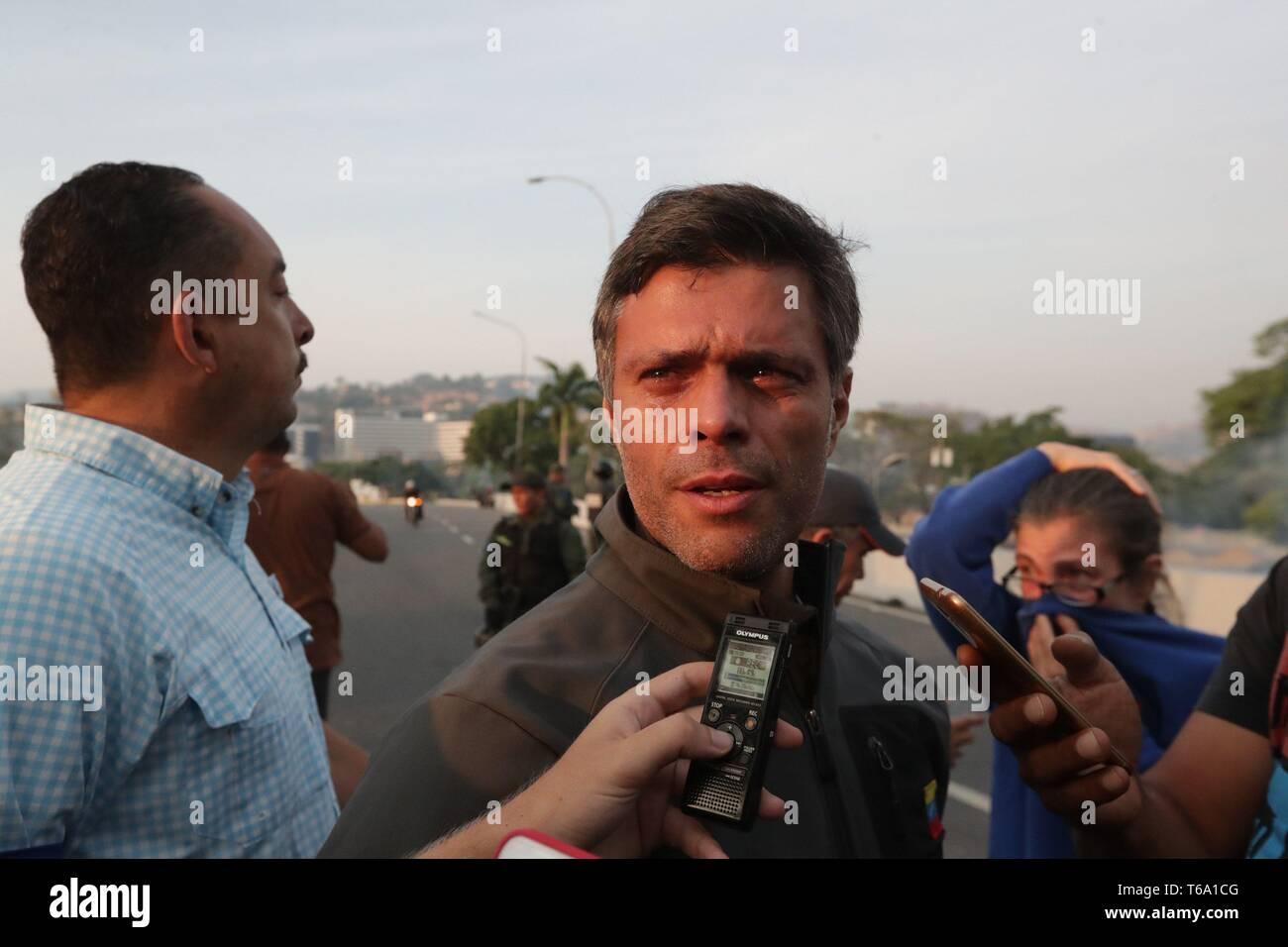Caracas, Venezuela. 30 apr, 2019. Oppositore venezuelano Leopoldo Lopez (C) parla di media dopo essere stato liberato dalla sua casa a Caracas, Venezuela, 30 aprile 2019. Lopez, che era agli arresti domiciliari, è stata rilasciata la mattina presto il 30 aprile da un movimento di opposizione. Credito: Rayneri Pena/EFE/Alamy Live News Immagini Stock