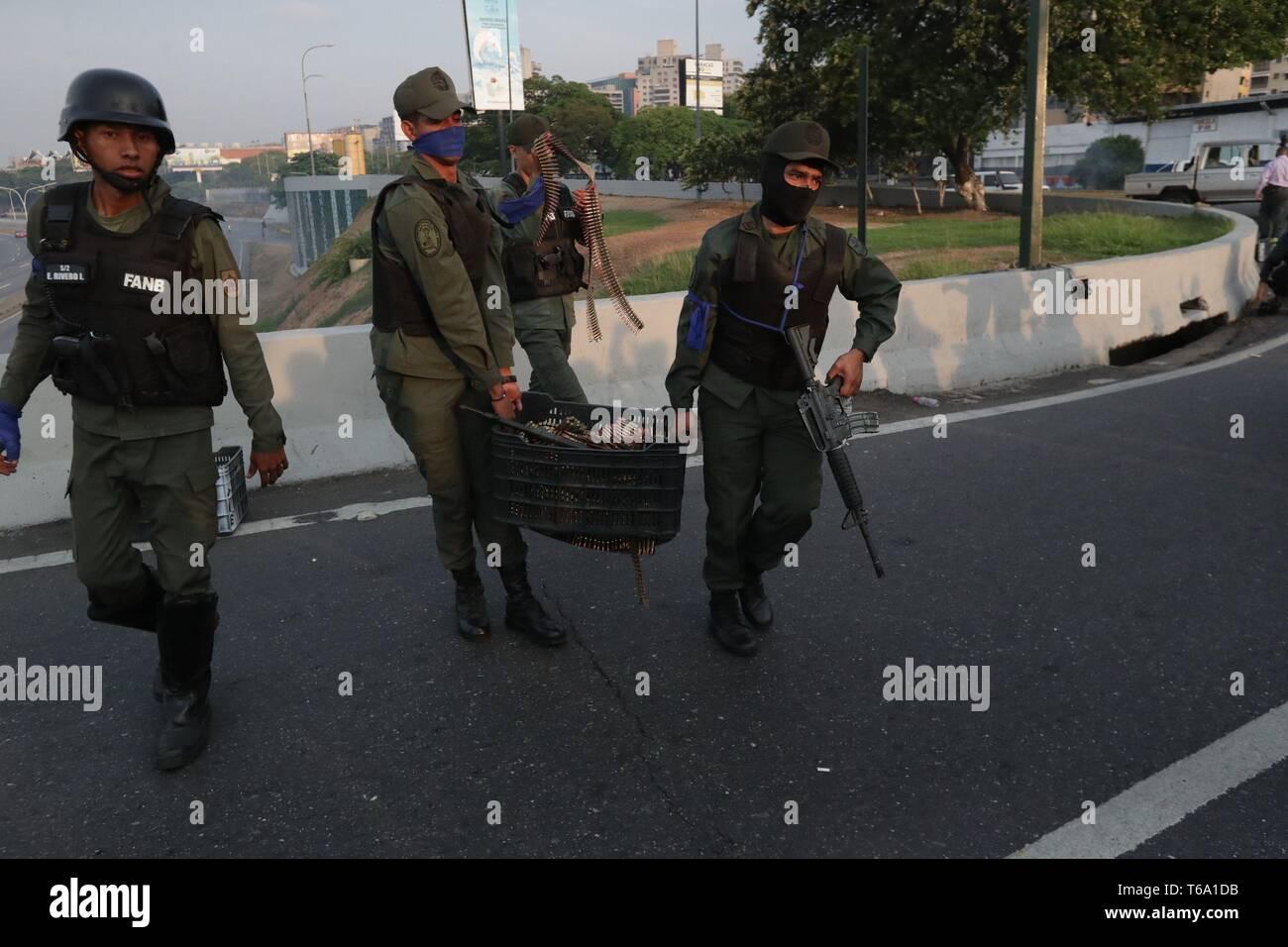 Caracas, Venezuela. 30 apr, 2019. Molti soldati venezuelano trasportare una scatola con munizioni a La Carlota base, dove oppositore venezuelano Leopoldo Lopez (invisibile) è stato portato a soddisfare con il presidente ad interim Juan Guaido dopo egli essendo rilasciato dalla sua casa, nell'Est di Caracas, Venezuela, 30 aprile 2019. Lopez, che era agli arresti domiciliari, è stata rilasciata la mattina presto il 30 aprile da un movimento di opposizione. Credito: Rayneri Pena/EFE/Alamy Live News Immagini Stock