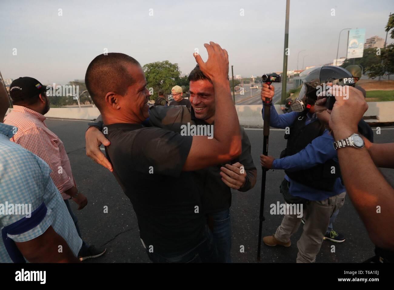 Caracas, Venezuela. 30 apr, 2019. Oppositore venezuelano Leopoldo Lopez (C-R) abbraccia un sostenitore dopo essere stato liberato dalla sua casa a Caracas, Venezuela, 30 aprile 2019. Lopez, che era agli arresti domiciliari, è stata rilasciata la mattina presto il 30 aprile da un movimento di opposizione. Credito: Rayneri Pena/EFE/Alamy Live News Immagini Stock