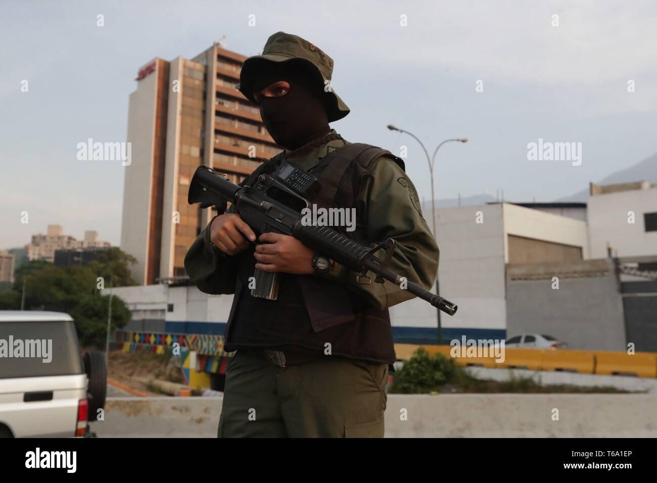 Caracas, Venezuela. 30 apr, 2019. Soldato venezuelano guardia a La Carlota army base, dove oppositore venezuelano Leopoldo Lopez (C) è stato portato a soddisfare con il presidente ad interim Juan Guaido dopo egli essendo rilasciato dalla sua casa, nell'Est di Caracas, Venezuela, 30 aprile 2019. Lopez, che era agli arresti domiciliari, è stata rilasciata la mattina presto il 30 aprile da un movimento di opposizione. Credito: Rayneri Pena/EFE/Alamy Live News Immagini Stock