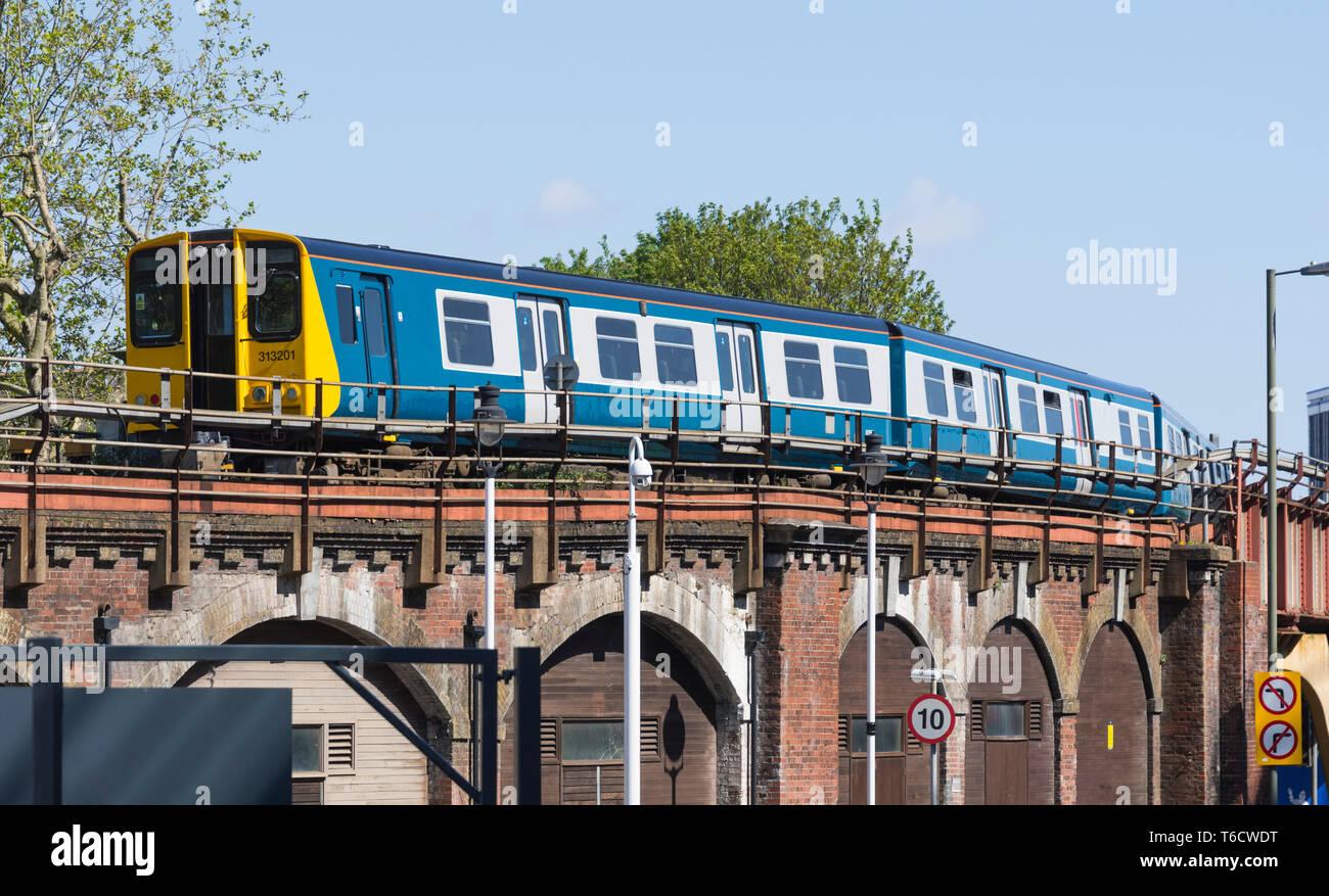 Classe 313 locomotiva EMU (313 201) revisionata in originale British Rail blu e grigio livrea del patrimonio a Portsmouth, Hampshire, Regno Unito. Treno su un ponte. Immagini Stock