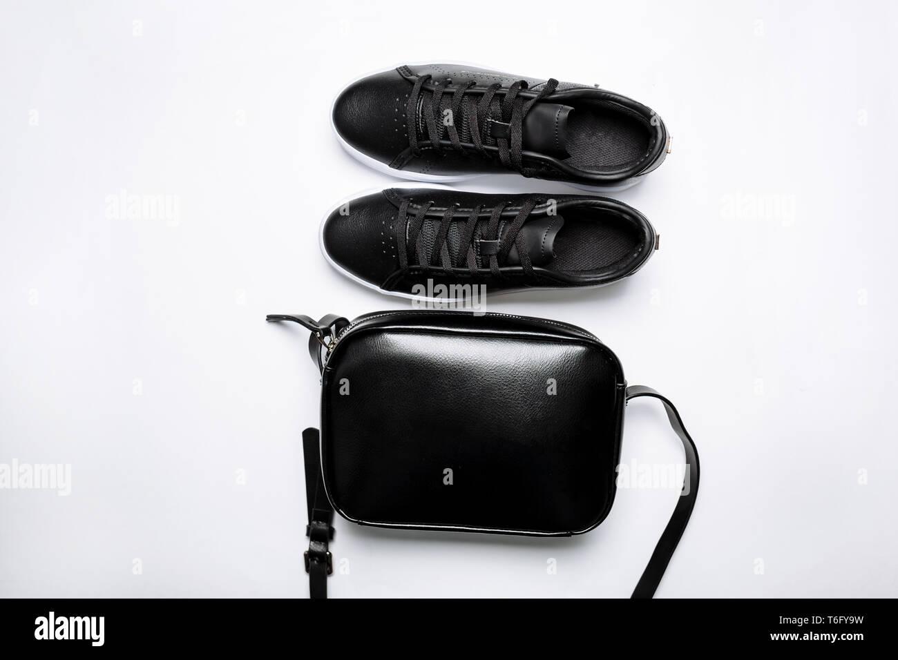 901bf5a8db Moda in pelle nero sneakers con suola bianca e nera Borsa in pelle su  sfondo bianco