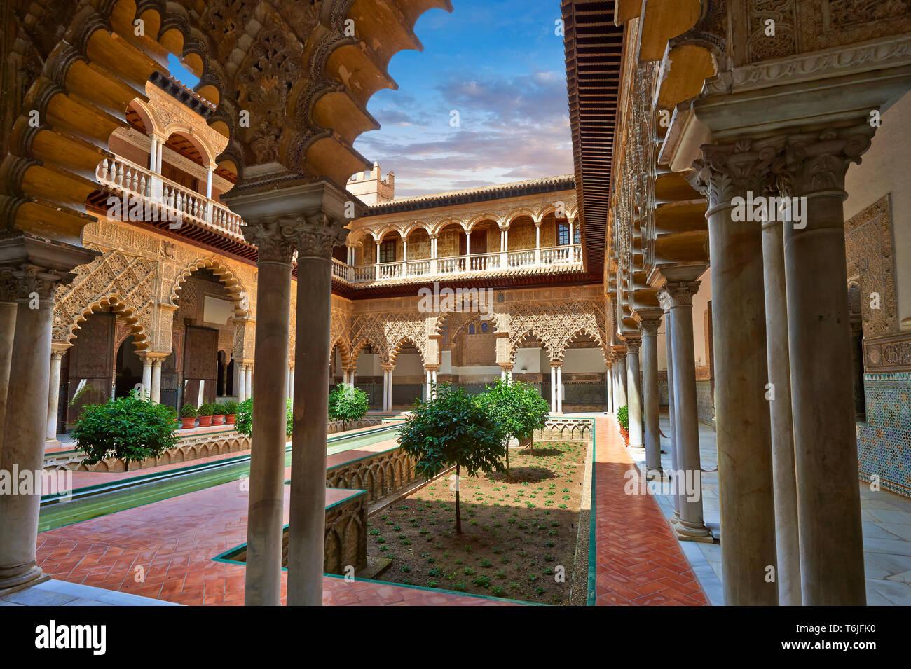 Patio de las Doncellas (Cortile dei Maiden) (1540-72) con Arabeschi Mudéjar intonaco Alazar di Siviglia, Spagna Foto Stock