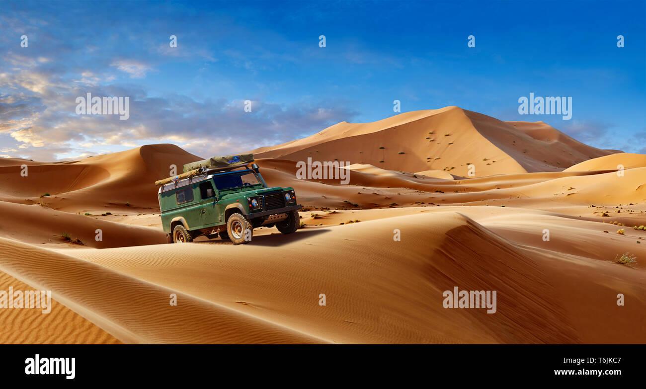 Land Rover Defender tra il Sahara dune di sabbia di Erg Chebbi Marocco Foto Stock