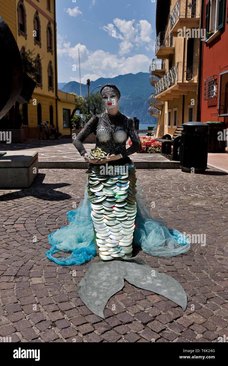 """Malcesine: Valentina, artista da strada detta """"la sirena di Malcesine'. [Ita] Malcesine: Valentina, artista di strada denominata """"Malcesine Mermaid'. Immagini Stock"""