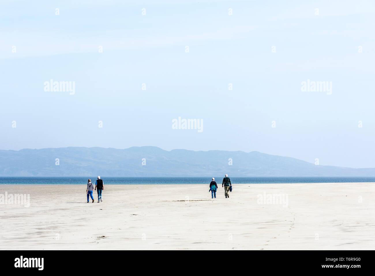 Due coppie senior su una spiaggia a piedi, County Donegal, Irlanda Immagini Stock