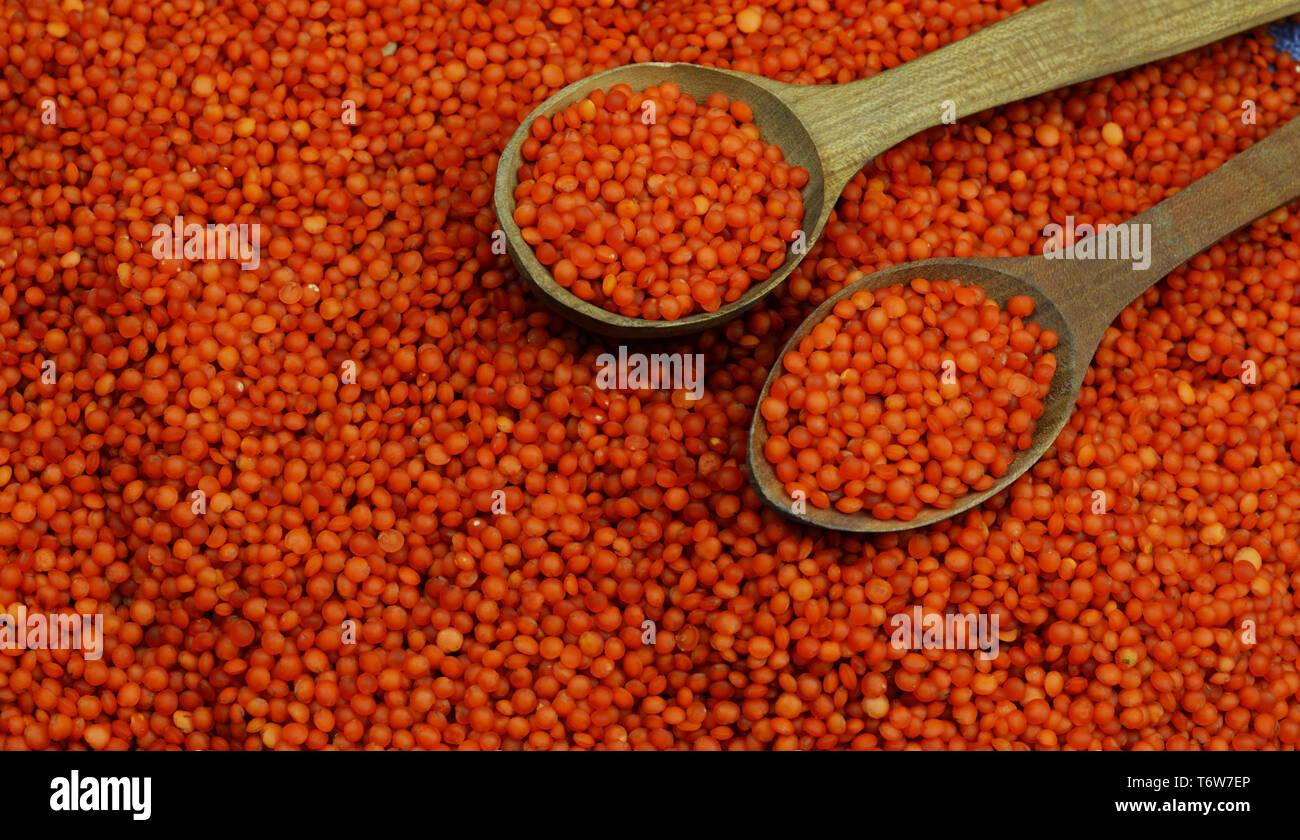 Groppa di lenticchie di cereali con un cucchiaio di legno Immagini Stock