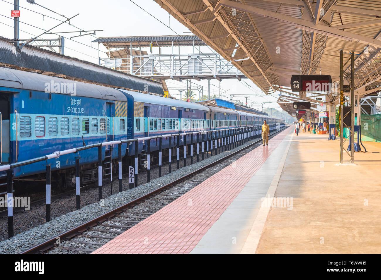 Alleppey, India - 7 Febbraio 2016: piattaforma vuota di Alleppey stazione ferroviaria. Immagini Stock