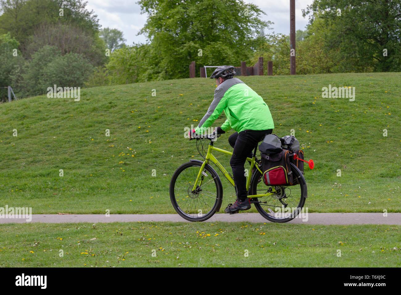Northampton, Northamptonshire. Il 3 maggio 2019. Meteo. Pomeriggio Acquazzoni all'ippodromo nei pressi del centro della città, rendendolo molto tranquilla nel parco. Credito: Keith J Smith./Alamy Live News Immagini Stock