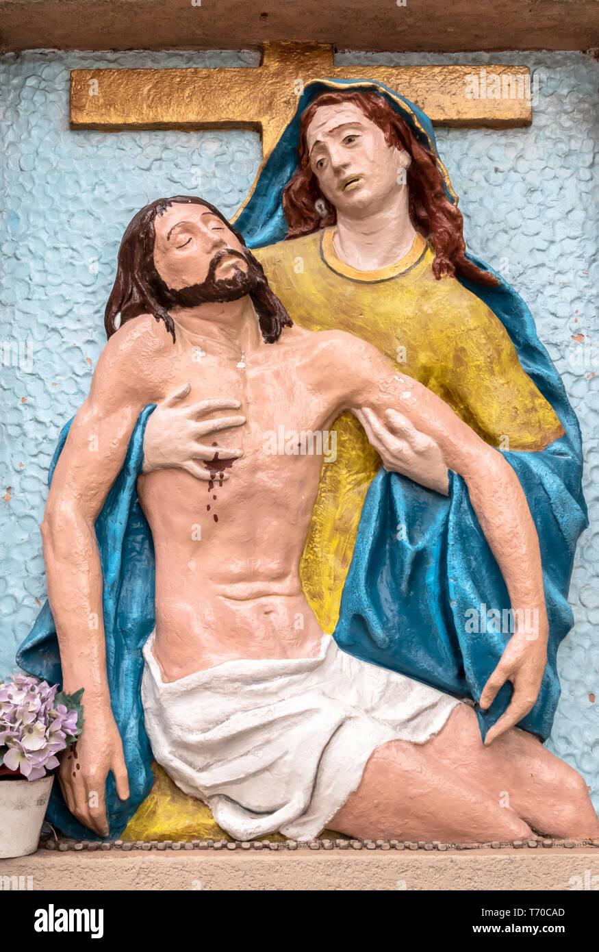 Il bassorilievo di colori che rappresentano la Pietà di Michelangelo Immagini Stock