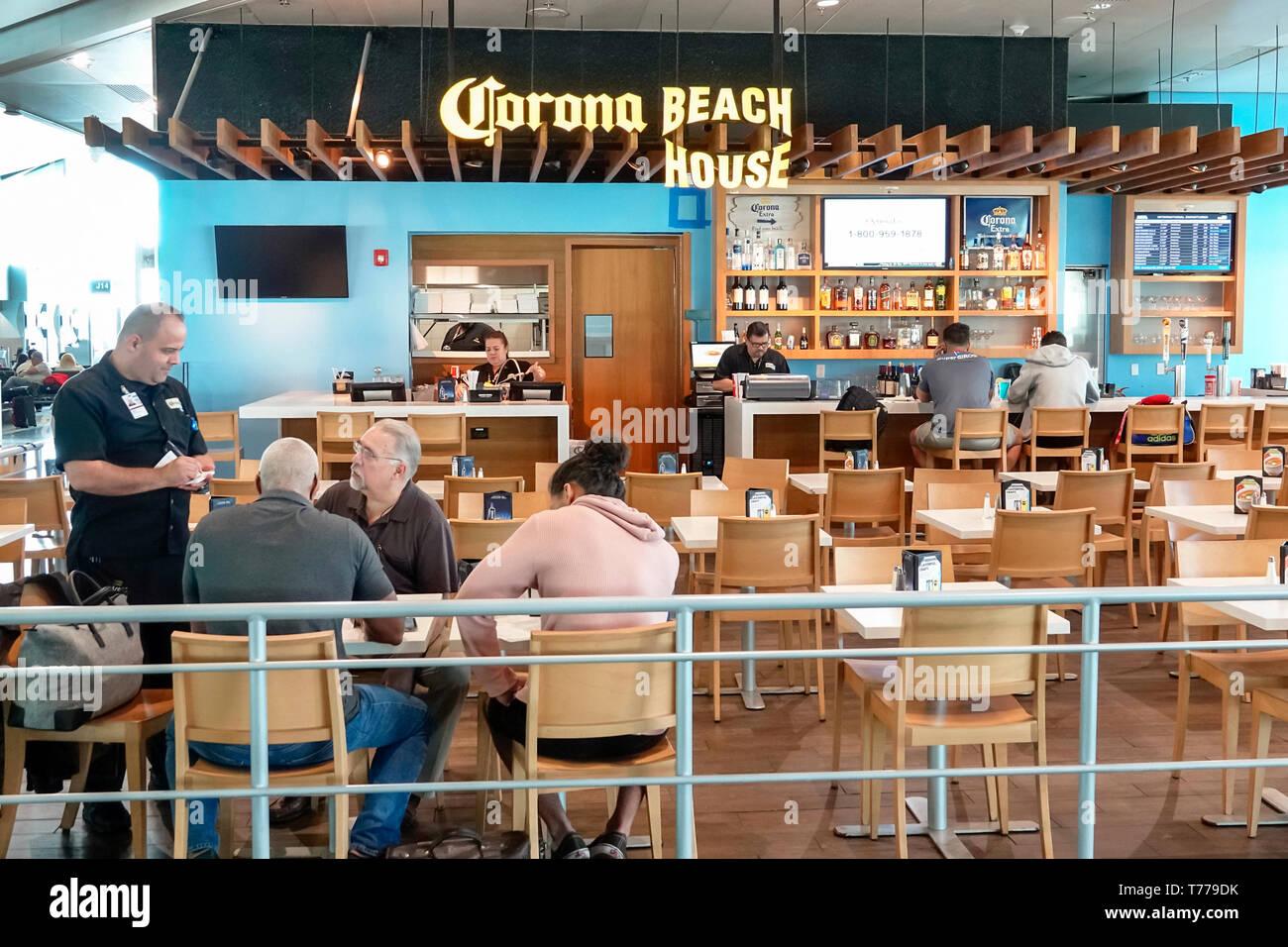Miami Florida Miami International Airport MIA food court bar pub Corona Beach House uomo donna cameriere facendo ordine Immagini Stock