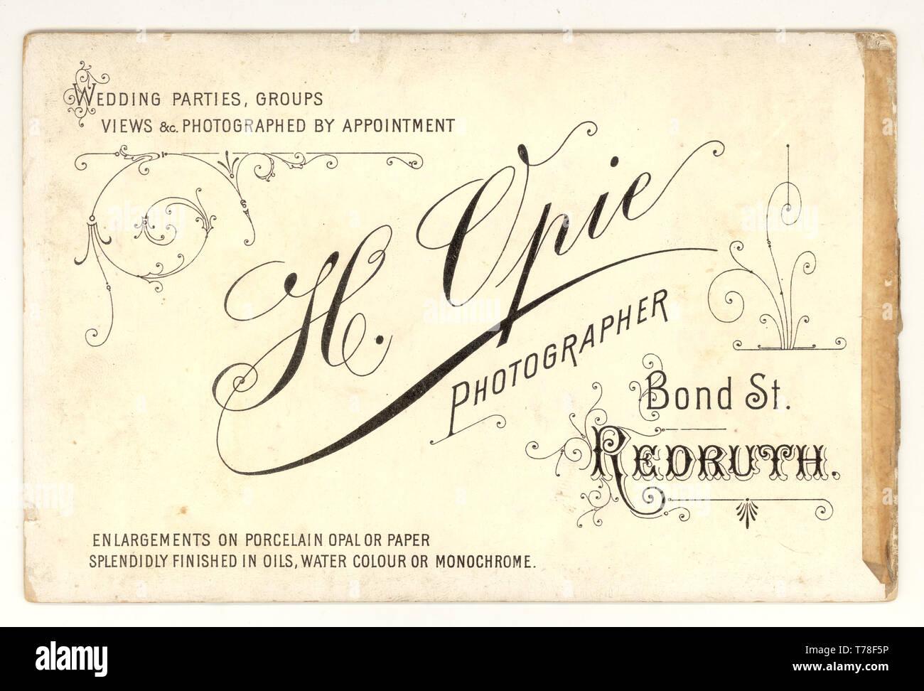 Invertire di armadio in stile vittoriano che mostra la scheda tipografia da studi fotografici di H. Opie, Redruth, Cornwall, Regno Unito circa 1895, 1896 Immagini Stock