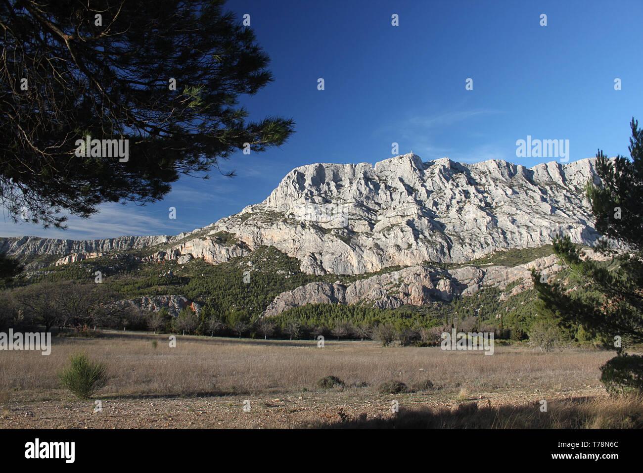 La montagna Sainte Victoire, a nord di Aix-en-Provence. È stato un argomento preferito di ispirazione per il pittore impressionista Paul Cezanne Immagini Stock