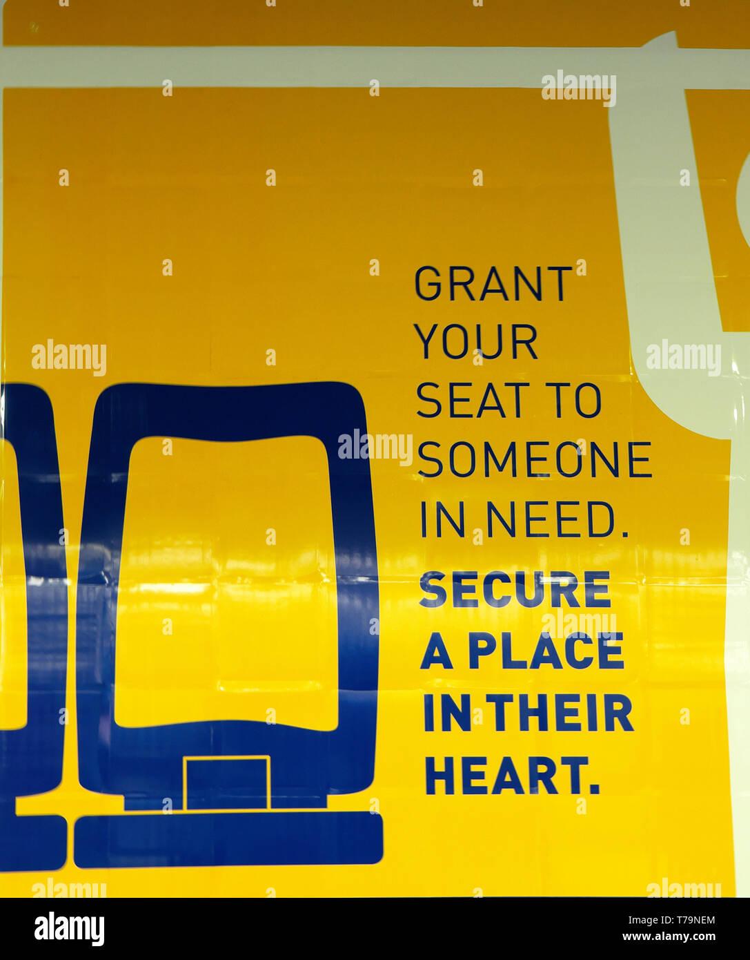 """""""Concedere il tuo posto a qualcuno che ha bisogno di assicurarsi un posto nel loro cuore poster accedi ferroviarie e stazioni della metropolitana in Portogallo Europa KATHY DEWITT Immagini Stock"""
