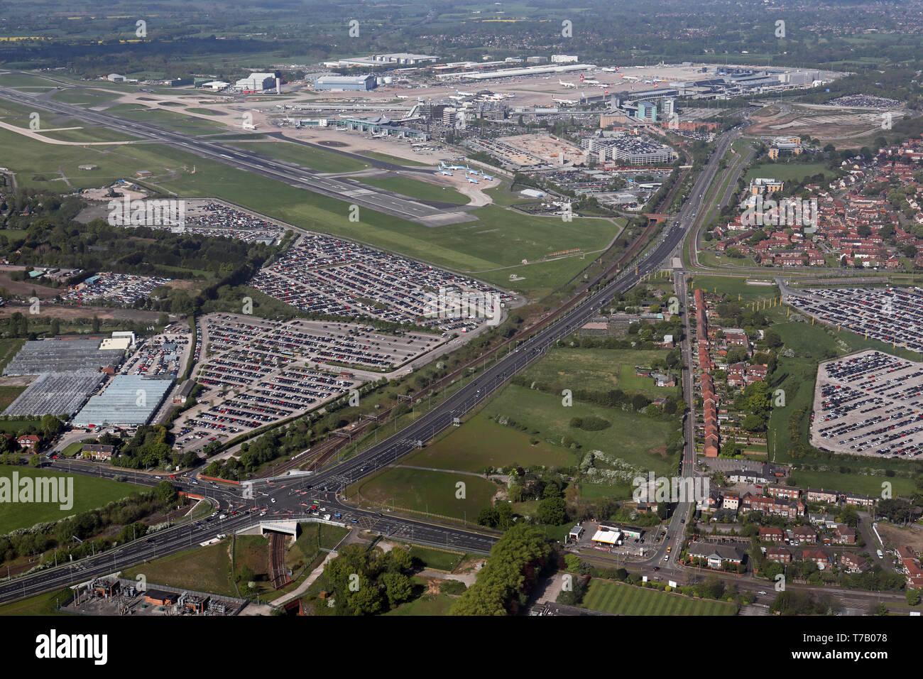 Vista aerea di parcheggi intorno all'Aeroporto di Manchester Immagini Stock